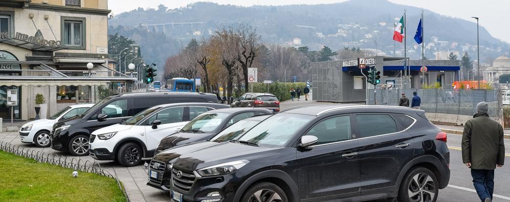 Parcheggi abusivi in piazza Cavour  Il Comune si sveglia: «Via i posti»
