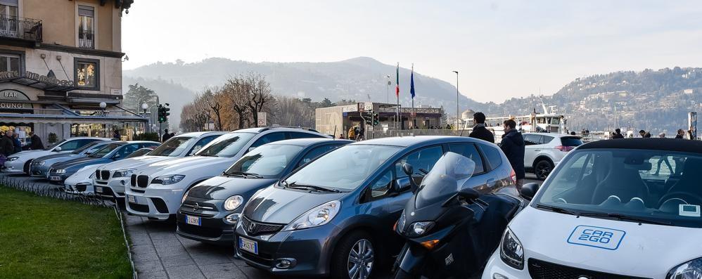 """Piazza Cavour è tornata un parcheggio  Ore in sosta, altro che """"carico e scarico"""""""