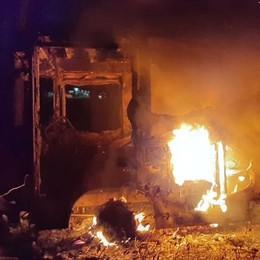 Autocarro in fiamme Pompieri a Cadorago
