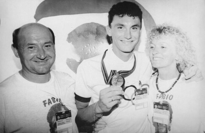 Fabio Casartelli mostra orgoglioso la medaglia d'oro olimpica a papà Sergio e mamma Rosetta