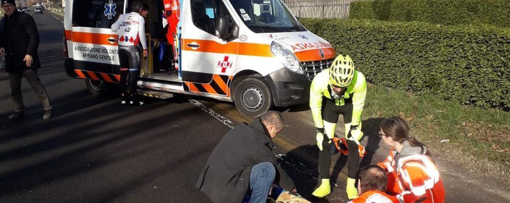 Cadono a causa della buca  Paura per due ciclisti