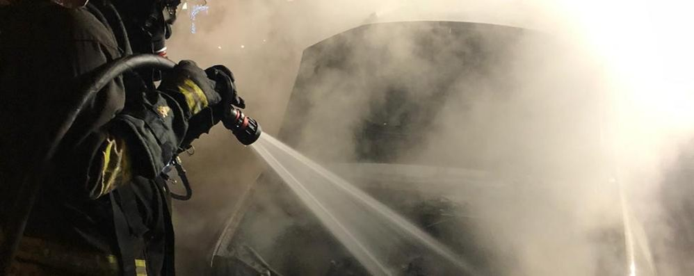 Como, incendio nella notte  Auto bruciata in via Bellinzona