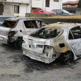Misterioso incendio a Valmorea  Due auto distrutte durante la notte