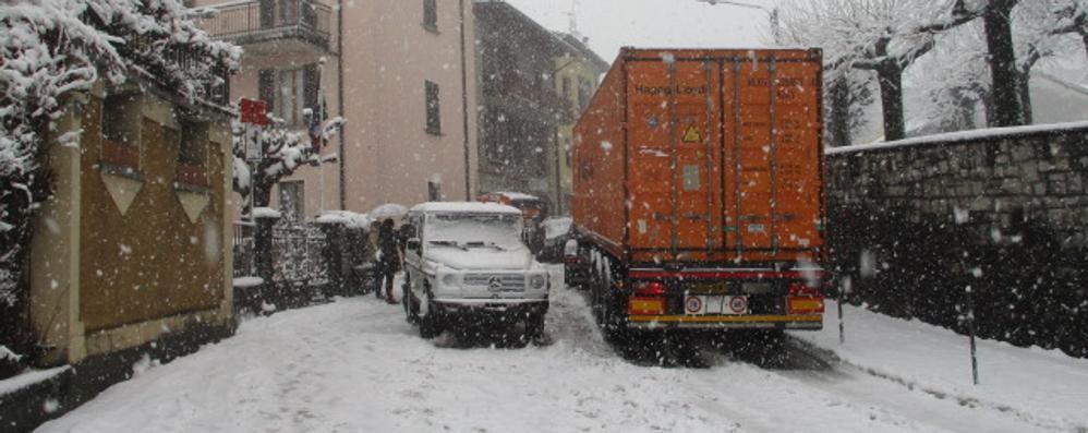 Neve, traffico in tilt in Valle Intelvi  Pioggia fitta su tutta la provincia