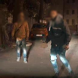 Prendono le auto a mattonate Due arrestati dalla polizia