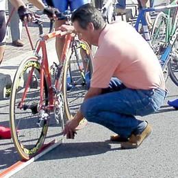 Sì, anche il ciclismo  mette il piede a terra