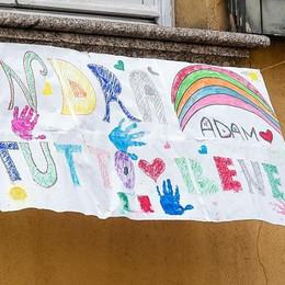 Emergenza Coronavirus  Applausi e disegni  C'è la speranza  sui balconi di Como