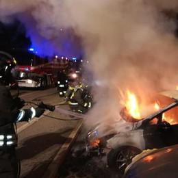 Lomazzo, vanno a fuoco  sei auto parcheggiate