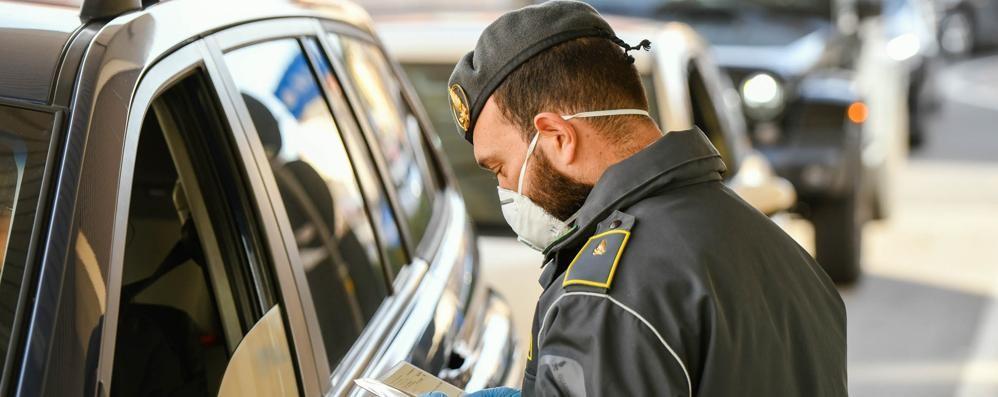 Mascherine e guanti per la Svizzera  Export non autorizzato, maxi sequestro