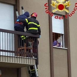 Cantù, bloccato sul balcone Soccorso dai pompieri