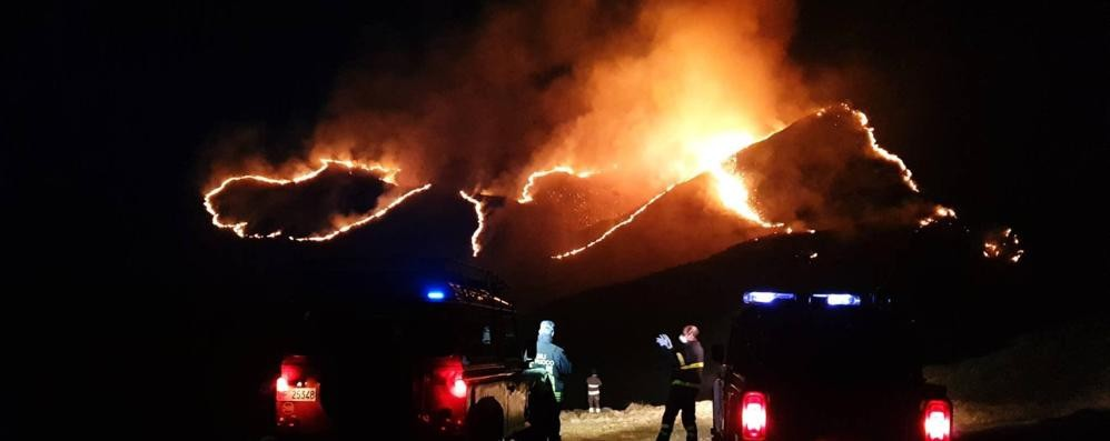 A fuoco i boschi sopra a Garzeno