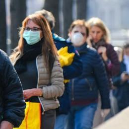 Emergenza Coronavirus  Lunghe code fuori dai supermercati  «Non ha senso, resteranno aperti»