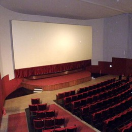 Non c'è spazio in ospedale  «Mettiamo a disposizione  il cinema Ambra di Erba»