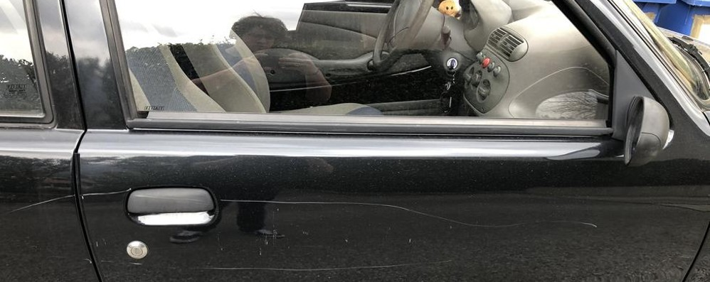 I vandali ignorano la quarantena  Auto rovinata a Tavernerio