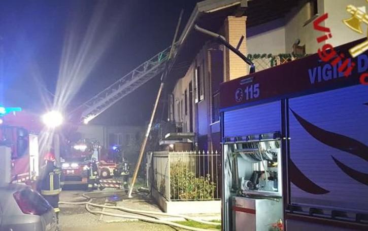 Lomazzo, brucia tetto  Pompieri al lavoro