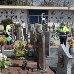 Albavilla, protezione civile cuore d'oro  Pulite le tombe e sistemati i cimiteri