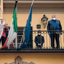 Bandiere a mezz'asta  nei comuni del Comasco