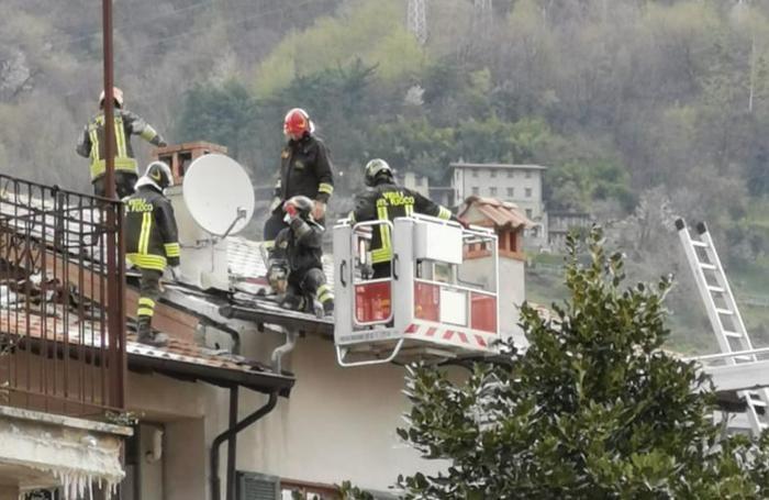 Un'altra fase dell'intervento dei vigili del fuoco di Dongo