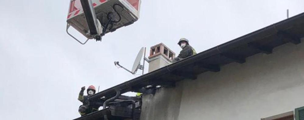 Gravedona, brucia canna fumaria  Danni al tetto di una abitazione