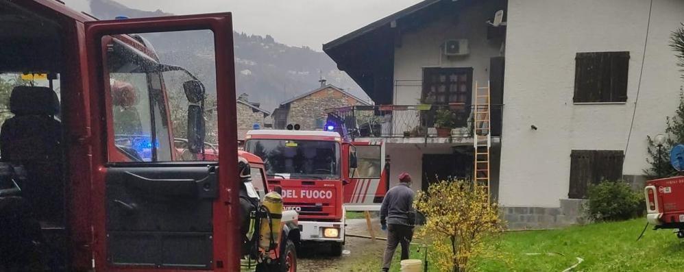 Tetto di una villetta in fiamme  Vigili del fuoco a Dizzasco