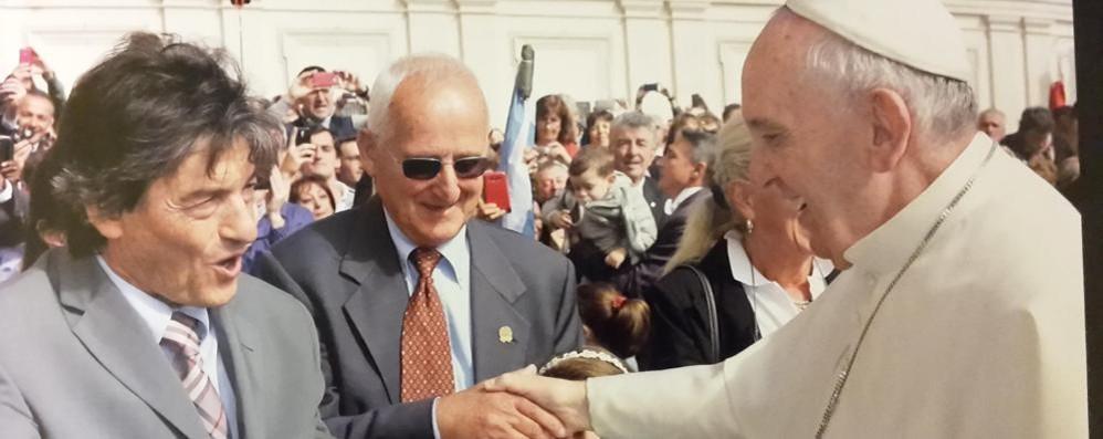 La maglia firmata dal Papa Sarà al Ghisallo il 21 marzo