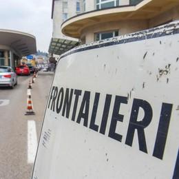 Coronavirus, per i frontalieri  niente rientro a casa  «Meglio se restano in Ticino»