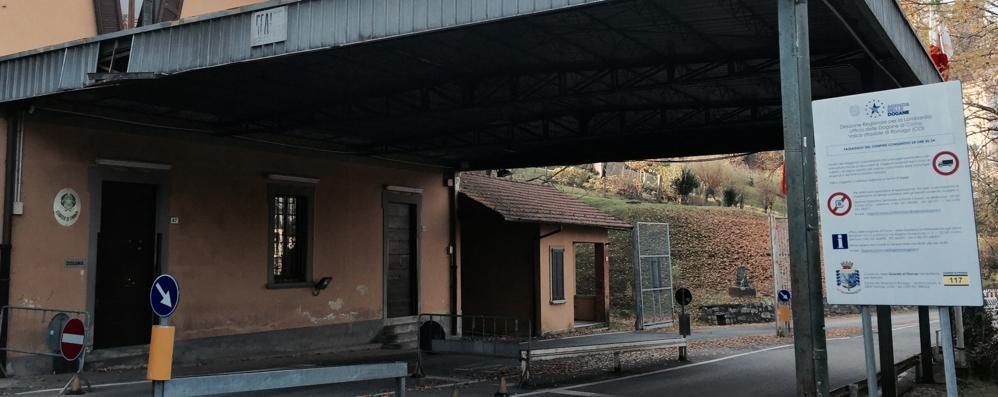 I valichi di Ronago al buio  «Basta, scrivo alle Dogane»