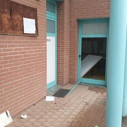 I vandali devastano il centro civico  «Adesso basta, ho fatto denuncia»