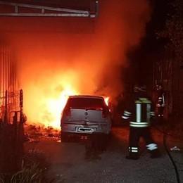Tre auto in fiamme a Rebbio I residenti salvano un cane