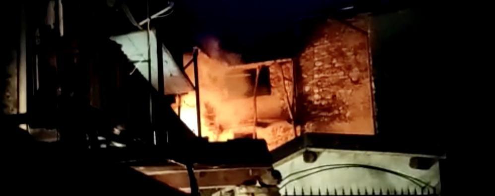 Alba di paura ad Asso  In fiamme il tetto di una casa