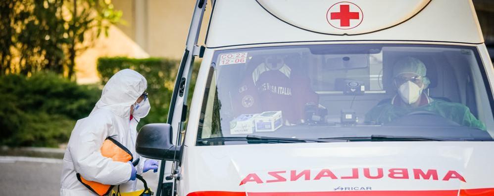 Le ambulanze in prima linea  «Ogni giorno ci si spezza il cuore»