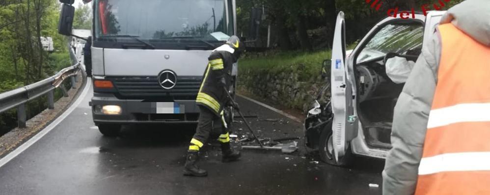 Dizzasco, scontro tra camion e furgone  Tutti fermi sulla provinciale della Valle