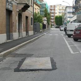Erba, ci mancava la buca in strada  Quasi una maledizione in via Plinio