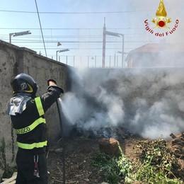Incendio di sterpaglie vicino ai binari di Grandate
