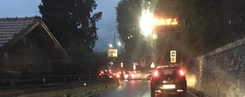 Il Ticino riparte. E i frontalieri in coda  Traffico in tilt a Valsolda e Bizzarone