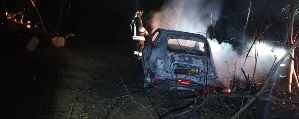 Auto in fiamme nel bosco  Bizzarone, persona ferita