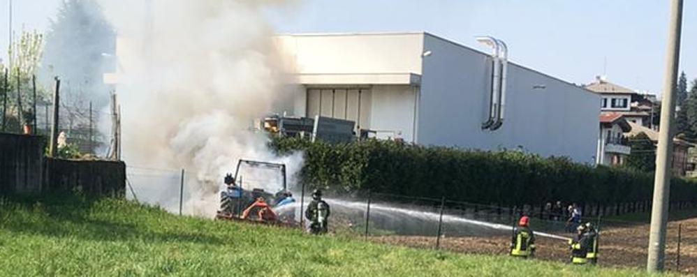 Cantù, trattore in fiamme Intervengono i pompieri