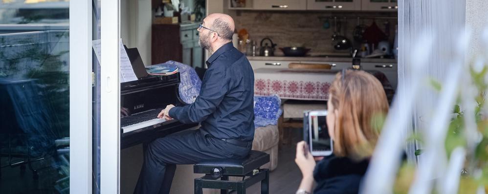 Como, il pianista alla finestra   Concerto per i vicini di casa