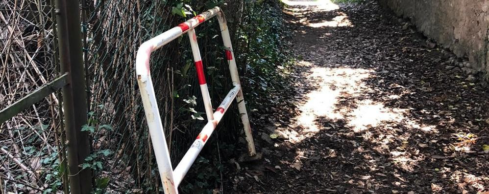 I vandali smontano le barriere  Olgiate, per poi ridipingerle