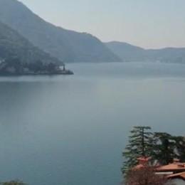 Il lago immobile e in silenzio  Si sentono solo le campane