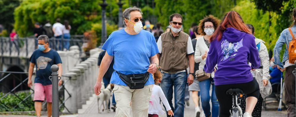 Como: domenica al parco   Ma la mascherina  spesso  è un optional