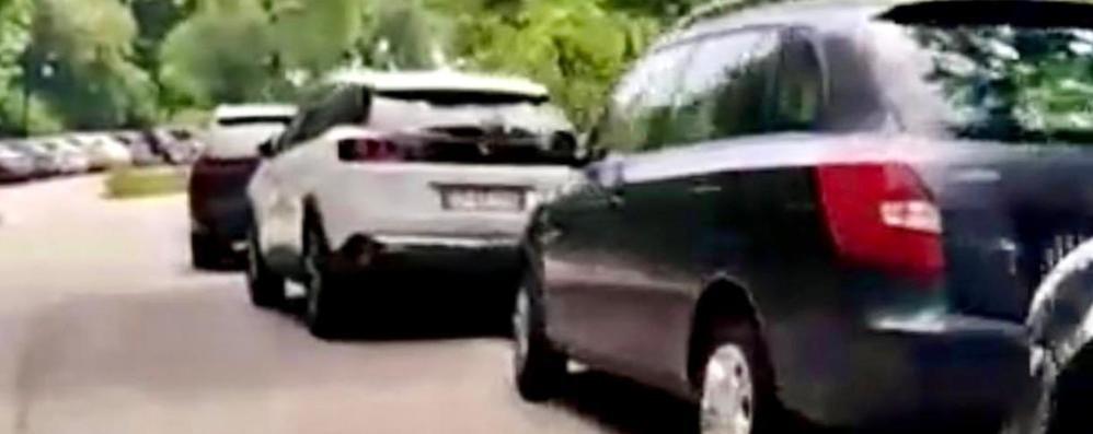 Folla e troppe auto alla Colma di Sormano  Il sindaco: «Qui serve l'esercito»