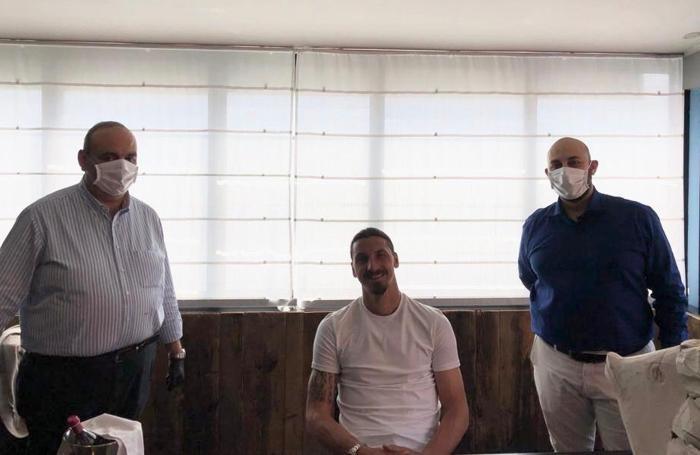 Ibrahimovic ospite al Delfino Blu di Lipomo  con i titolari Marcello Ferrara (a sinistra) e il figlio Vincenzo