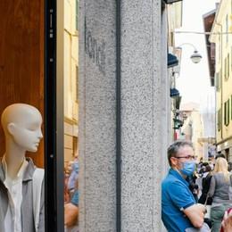 Il sabato di shopping? Dimezzato  «Pesa l'assenza di svizzeri e turisti»