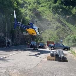 Lezzeno, l'elicottero sulla Lariana  Consegnate le reti anti frana