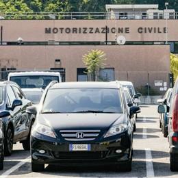 Patenti, finalmente riprendono gli esami  Ma che code alla Motorizzazione civile
