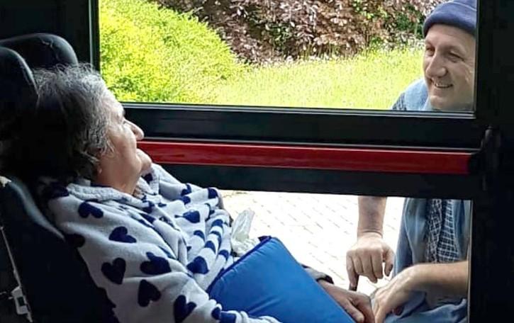 Caglio, la mamma oltre il vetro della Rsa  Ospiti e familiari sono ancora vicini