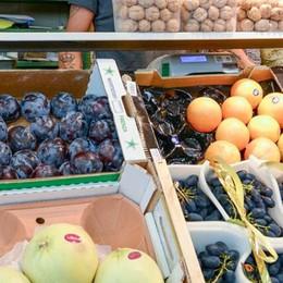 C'è la crisi, ma la frutta costa di più  «La colpa non è dei commercianti»
