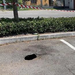 Erba, altra voragine nell'asfalto  Tocca al posteggio di Arcellasco