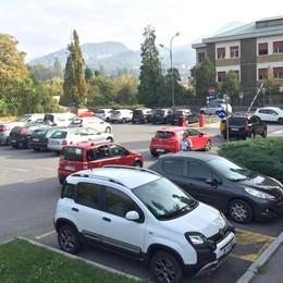 Erba, si rifanno le strisce  Chiude il parcheggio dell'ospedale